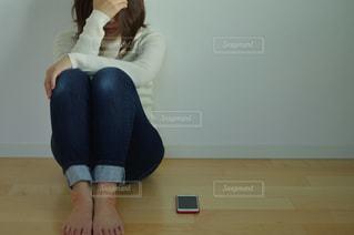 悩む女性の写真・画像素材[3062119]