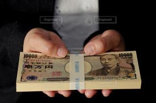 お金を持つ女性の写真・画像素材[3064874]