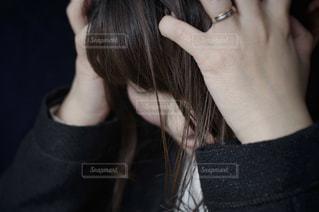 悩む女性の写真・画像素材[3064877]