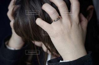悩む女性の写真・画像素材[3064881]