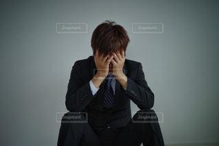 悩む男性の写真・画像素材[3125048]
