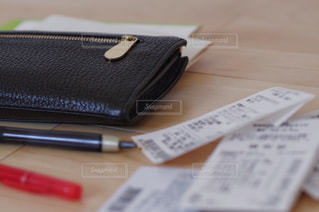 財布とレシート 支払いイメージの写真・画像素材[3160159]