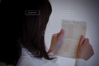 通帳を見る女性の写真・画像素材[3163105]