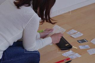 お金に悩む女性の写真・画像素材[3163108]