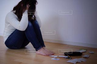 お金に悩む女性の写真・画像素材[3163111]