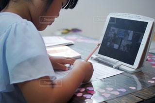 リモート学習をする子供の写真・画像素材[3205413]