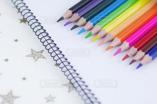 スケッチブックと色鉛筆の写真・画像素材[3213167]