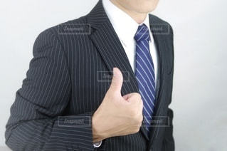 親指をたてる男性の写真・画像素材[3611722]