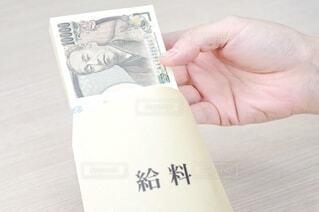 お金と給料袋の写真・画像素材[3629597]