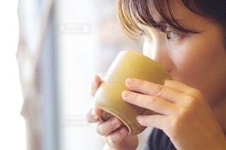マグカップで飲み物を飲む女性の写真・画像素材[3714810]