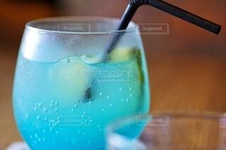 青い炭酸ドリンクの写真・画像素材[3718801]