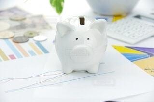 豚の貯金箱とグラフの写真・画像素材[4082128]