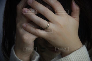 頭を抱える女性の写真・画像素材[4124426]