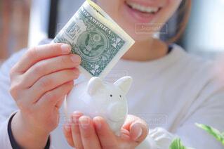 貯金をする女性のイメージの写真・画像素材[4328164]