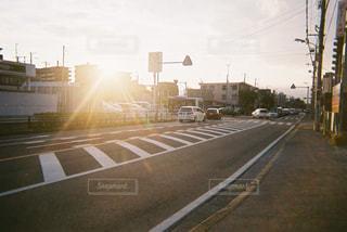 道の端に座っているトラフィック ライトの写真・画像素材[1006233]