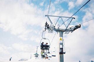 スキー スキー場のリフトに乗っている人のグループの写真・画像素材[1006235]