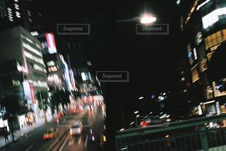 近くに夜の忙しい街のアップの写真・画像素材[1006236]