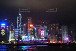 夜のライトアップされた街の写真・画像素材[1006473]