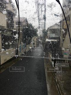近くに雨の日に傘のアップの写真・画像素材[1072315]