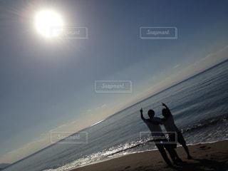 ビーチで空気を通って飛んで男 - No.1006628