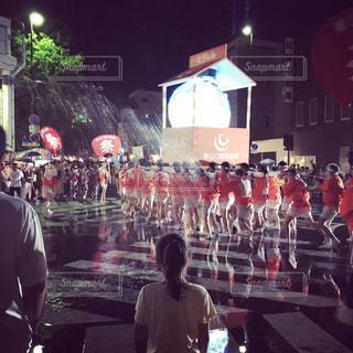 雨の中歩く人々 のグループの写真・画像素材[1007367]