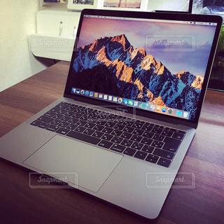 テーブルの上に座ってオープン ラップトップ コンピューターの写真・画像素材[1007368]