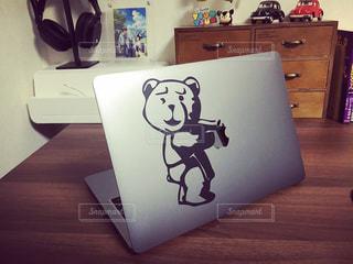 木製のテーブルの上にノート パソコンの写真・画像素材[1007372]