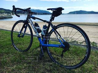 水の体の横に自転車を駐車します。の写真・画像素材[1007380]