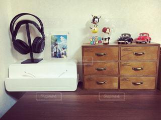 部屋の小さな木製の机の写真・画像素材[1007403]