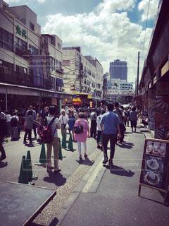 街の通りを歩いている人のグループ - No.1008162