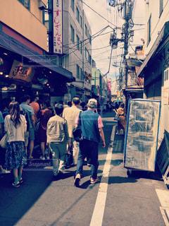 通りを歩く人々 のグループ - No.1008164