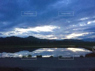 水鏡に映る山々の写真・画像素材[1009448]