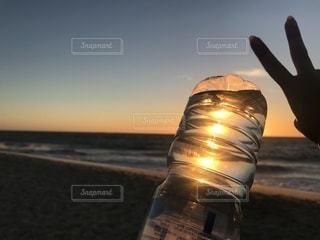 夕焼けの中のペットボトル - No.1008415