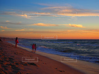 夕日を見ながら遊ぶ子供達 - No.1009651