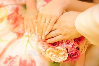 花を持っている人の写真・画像素材[1007672]