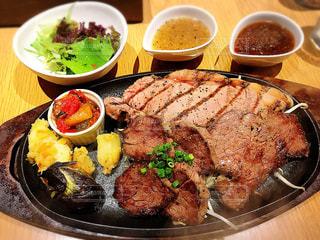 近くのテーブルの上に食べ物のプレートの写真・画像素材[1007675]