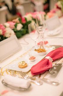 テーブルの上の白い皿の写真・画像素材[1007753]