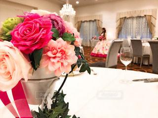 テーブルの上に花瓶の花の花束の写真・画像素材[1007813]