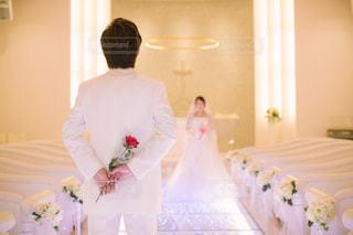 カメラにポーズ鏡の前に立っている人の写真・画像素材[1007839]