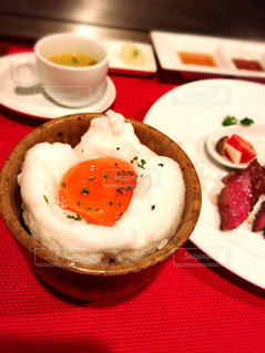 テーブルの上に食べ物のプレートの写真・画像素材[1008303]
