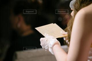 テーブルの上に座っている女性の写真・画像素材[1008306]