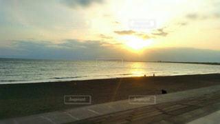 水の体の横にあるビーチの景色の写真・画像素材[1112181]