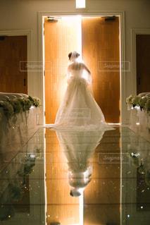 鏡の前で花と花瓶の写真・画像素材[1122155]