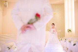カメラにポーズ鏡の前に立っている人の写真・画像素材[1122160]