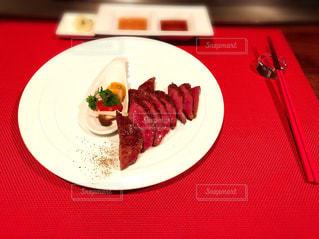テーブルの上に食べ物のプレートの写真・画像素材[1127729]