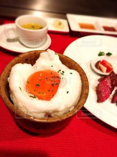 テーブルの上に食べ物のプレートの写真・画像素材[1127739]