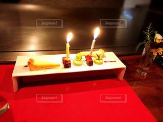 テーブルの上の赤ワインのガラスの写真・画像素材[1127741]