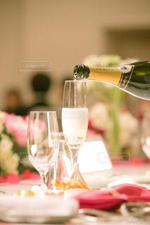 ワイングラスを持つテーブルに着席した人 - No.1127780