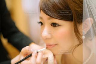 近くに彼女の歯を磨く女性のアップの写真・画像素材[1135371]