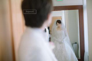 カメラにポーズ鏡の前に立っている人の写真・画像素材[1135414]